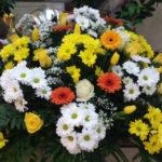 corona-de-flores-tonos-amarillos-y-naranjas