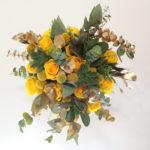 ramo-de-novia-de rosas amarillas, crasas y eucalipto