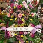corona-de-flores-claveles-tonos-morados